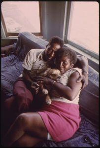 405px-BLACK_COUPLE_AND_THEIR_DOG_IN_THEIR_APARTMENT_IN_SOUTH_SIDE_CHICAGO._FROM_1960_TO_1970_THE_PERCENTAGE_OF_CHICAGO..._-_NARA_-_556171